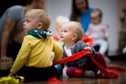 Vaikai šokio kūdikiams dirbtuvėse