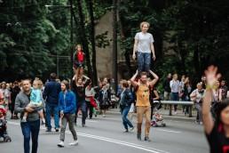 Festivaliio akimirka - vaikinai neša merginas ant pečių