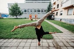 Šiuolaikinio cirko dirbtuvės pasirodymas - žmogus stovintis ant vienos rankos