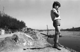Vaikas prie upės