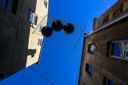 kamuoliai hamake pakabinti tarp dviejų namų