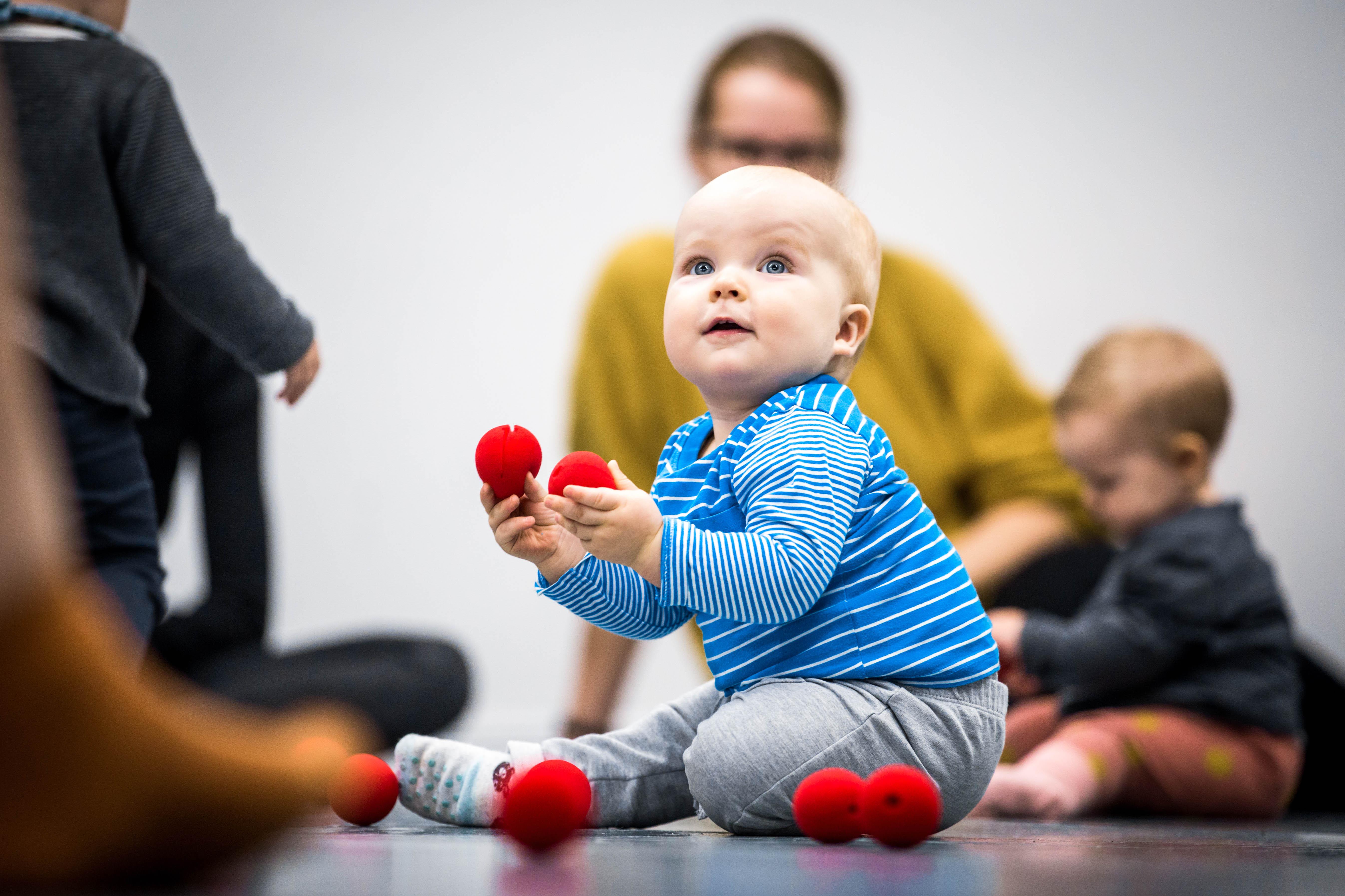 Žaidžiantis kūdikis šokio pamokėlių metu