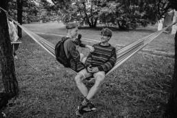 Du vaikinai sėdintys ant hamako