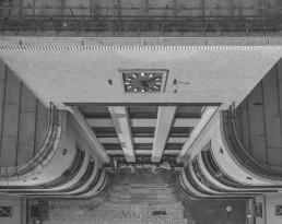 Modernizmo pastatas su laikrodžiu iš viršaus