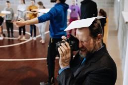 Fotografas dalyvaujantis šiuolaikinio cirko dirbtuvėse linksmakalnyje