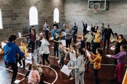 Šiuolaikinio cirko dirbtuvių dalyviai prisijungę prie pasirodymo