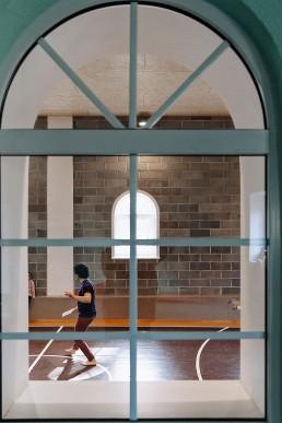 Šiuolaikinio cirko dirbtuvių pasirodymas pro langą
