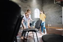 Žaidžiantys vaikai šiuolaikinio cirko dirbtuvėse linksmakalnyje