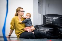 Šokio pamokėlių dalyviai : mama su vaiku